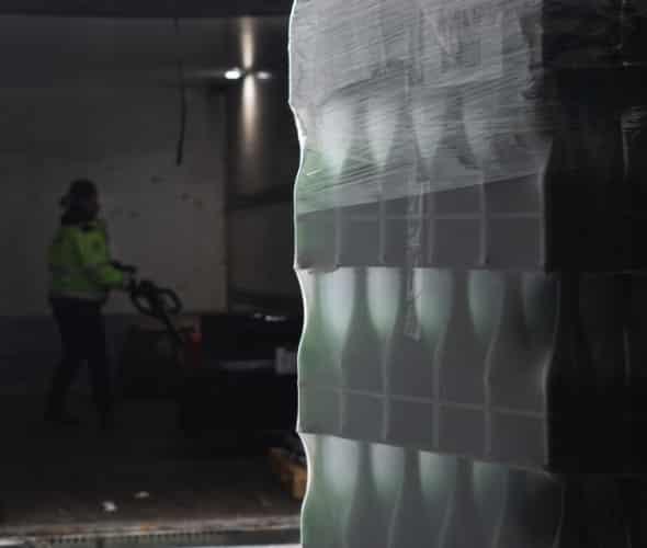 Photo de bouteilles dans un entrepôt