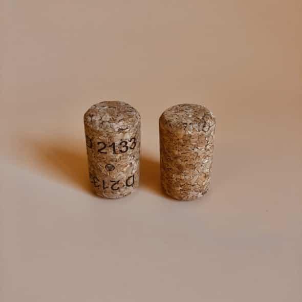 Photo de deux bouchons d'Amorim