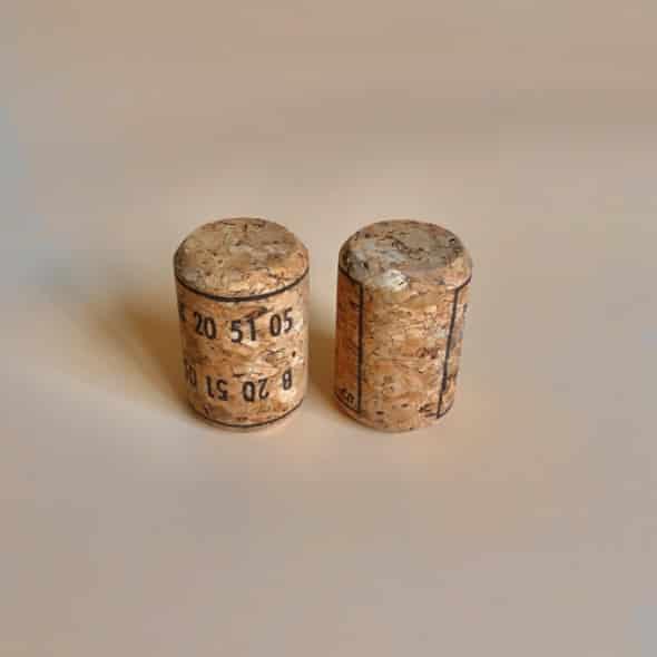 Photo de deux bouchons de Bourasse